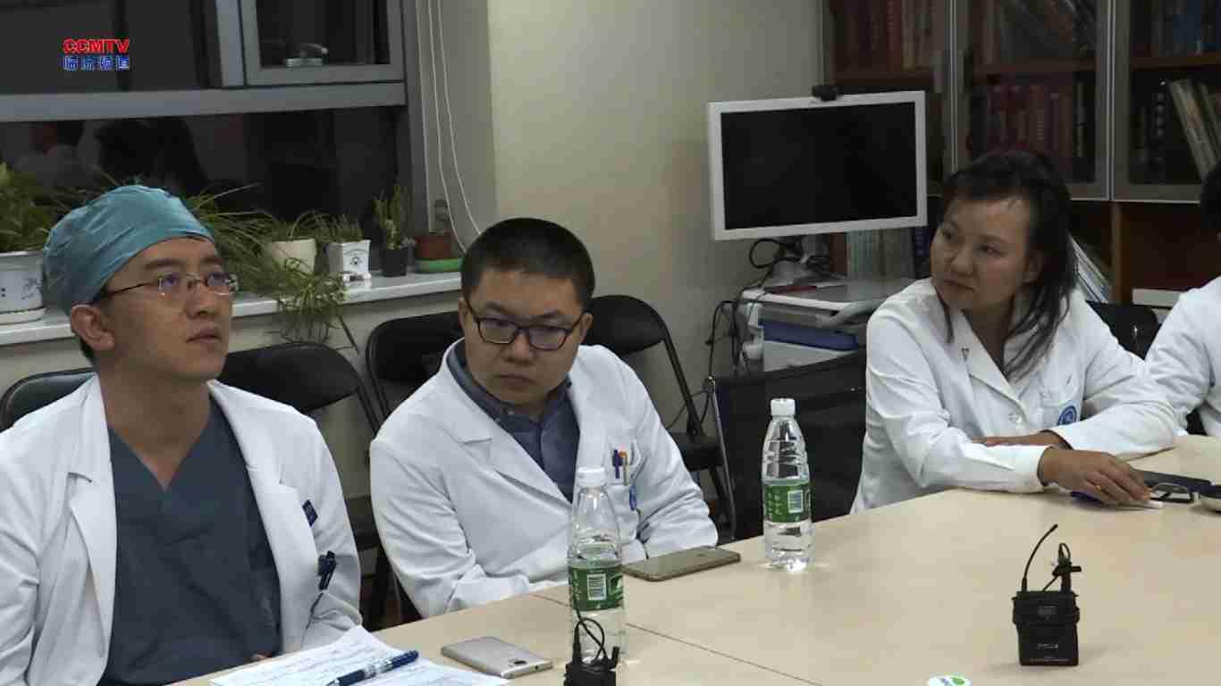 整形修复 病例讨论 隆乳术后 病例讨论:双侧乳房注射隆乳术后右乳增大